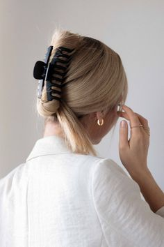 I've been wanted to create and share cool girl hairstyles for awhile now and it's finally here!I've been seeing these trendy hairstyles all over Instagram and Pinterest. These easy hairstyles are perfect for medium - long hair lengths. The first claw clip hairstyle is a throw back to the 90s'...