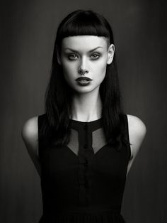 Top Gothic Fashion Tips To Keep You In Style. As trends change, and you age, be willing to alter your style so that you can always look your best. Consistently using good gothic fashion sense can help Dark Beauty, Gothic Beauty, Cabello Pin Up, Hairstyles With Bangs, Cool Hairstyles, Short Bangs, Blunt Bangs, Grunge Hair, Goth Hair
