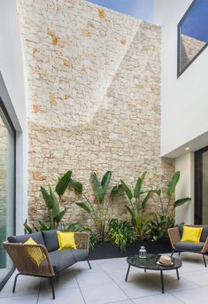 Patio interior con muro de piedra natural de casa de pueblo moderna de Chiralt A. Garden Design, Small Backyard, Patio Design, Backyard Ideas For Small Yards, Interior Garden, Small Garden Landscape Design, Patio Interior