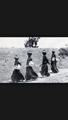 1950 donne sarde alla fonte dell'acqua
