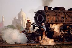 """Men on a train outside of the Taj Mahal, India This photo was taken by photographer Steve McCurry, the man who captured the famous green eyed """"Afghan Girl"""" for National Geographic in 1985 (via 22 Incredible Photos of Faraway Places - My Modern Metropolis) National Geographic, Taj Mahal, Magnum Photos, Les Philippines, World Press Photo, Afghan Girl, Photos Voyages, Foto Art, By Train"""