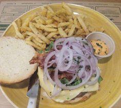Mmmm! Hamburguesa de ternera de vaca en pan, guacamole, panceta crujiente, queso gouda, canónigos y mayonesa de chipotles en @somosjalos