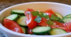 tomato cucumber red onion basil peper salt vinegar and olive oil Tomato Salad Recipes, Cucumber Tomato Salad, Healthy Food Choices, Healthy Recipes, Suddenly Salad, Baked Spaghetti Squash, Delicious Fruit, Yummy Food, Bean Salad