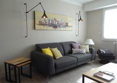 Deux appliques design encadrent le canapé