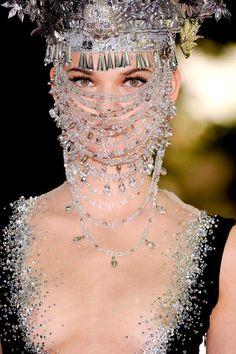 Face mask has suddenly become an imperative! On Aura Tout Vu - Autumn 2012