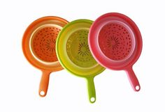 Heat resistantto 212 degrees F , Cold resistant to -4.0 F. Non-toxic food grade flexible silicone is FDA approved. Collapsible to 1/3 of its' fully expanded size for space-saving storage. Folds Flat! Raised feet molded into the plastic base let you set our food strainer in your sink without risk of contamination. Rinse lettuce, set the colander in the sink and have both hands free to toss in other ingredients Perfectfor draining most foods like spaghetti, pasta, potatoes, broccoli, green…