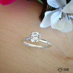 This 1 carat, 4 prong solitaire is so classic and beautiful! 💍🌸 💕✨