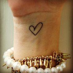Cuore stilizzato tattoo sul polso