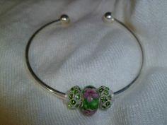 Bracelet Style Bangle plaqué en Argent avec charme (bille style pandora) à votre choix.