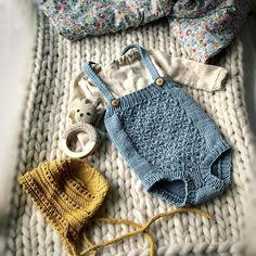 Siste tilskudd i Matildes garderobe får aldri nok av dus gråblå #lerke @houseofyarn_norway #snartnyoppskrift #hoppestrikk #romper ##nøttelitenromper #babystrikk #barnehagestrikk