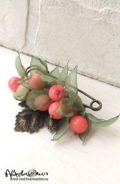 Купить Брошь булавка с кораллами. Розовые ягоды в зеленых листьях - брошь с камнями
