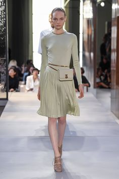 Burberry spring summer 2019 ready to wear-ready woman vogue runway green watercolor trend - read the spring summer 2019 trends fashion week coverage on Spring Fashion Trends, Milan Fashion Weeks, Women's Summer Fashion, High Fashion, Fashion Show, Fashion Tips, Fashion Design, Feminine Fashion, Fashion Brands