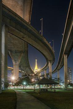 Below the mega bridge connecting southern Bangkok with Samut Prakan Province, Thailand, 2013, photograph by Thomas Amm.
