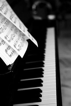 The piano is a tangible musical instrument. If you have the heart of a musician, you have to learn to play piano. You can learn to play piano through software and that's just what many busy individuals do nowadays. The piano can b Sound Of Music, Music Is Life, My Music, Ocean Music, Life Magazine, Beatles, Jouer Du Piano, The Piano, Piano Girl