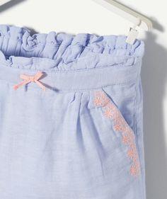 LE SAROUEL CYCLADE :                     Un sarouel à associer avec une blouse ou un tee-shirt de couleur blanc ! On craque pour cette association de couleur !            LE SAROUEL EN COTON, taille élastiquée et ajustable, noeud, 2 poches, broderies contrastantes. Girls Pants, White Shorts, T Shirt, Blouse, Fashion, Hair Bow, Suit, Pockets, Cotton
