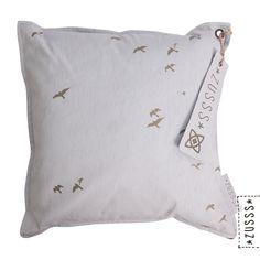 Zusss l Kussen vogels in de lucht poedergrijs l http://www.zusss.nl/product/kussen-vogels-in-de-lucht-poedergrijs/