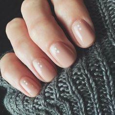 Manicure rosa nude con pois piccolini