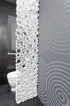 Um material que sempre é encontrado em grande quantidade ao final das obras, são canos de PVC. Nessa divisória de banheiro, foram utiliza...