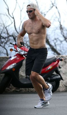 Pictures of Hawaii Five-O's Alex O'Loughlin Jogging Shirtless in Oahu | POPSUGAR Celebrity