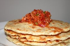 Healthy Gourmet Food,Cooking and Tips: Coconut Roti with Onion & Chili Chutney - (Coconut Flat Bread) Creative Gourmet, Healthy Gourmet, Gourmet Recipes, Cooking Recipes, Cooking Tips, No Cook Meals, Quick Easy Meals, Roti Recipe, Sri Lankan Recipes