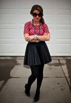 http://2.bp.blogspot.com/-tYRARlpCA9U/Tz032vVMcxI/AAAAAAAAAng/Cd9PmZ65SGo/s1600/pleated+leather+skirt+polka+dot+top+tights+glamorous+1.jpg