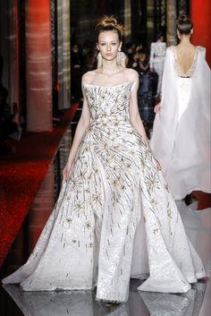 ispirazioni per l'abito da sposa. Guarda la sfilata di moda Zuhair Murad a Parigi e scopri la collezione di abiti e accessori per la stagione Alta Moda Primavera Estate 2017.