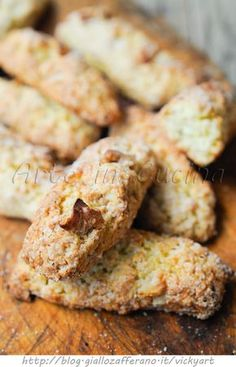 Biscuits with nuts, easy, without butter or oil. A simple cookie perfect as a snack or breakfast, obviously if you do not like nuts can replace them with other dried fruits or maybe add some raisins. 13 Desserts, Italian Desserts, Cookie Desserts, Italian Recipes, Cookie Recipes, Biscotti Cookies, Biscotti Recipe, Happiness Recipe, My Favorite Food