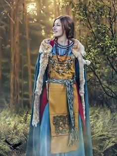 Viking woman Astrid Njalsdotter by thecasperart on DeviantArt Viking Garb, Viking Reenactment, Viking Dress, Viking Life, Viking Woman, Viking Raven, Historical Costume, Historical Clothing, Historical Photos