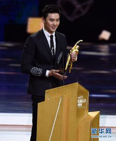 ing Zetao at the awards ceremony. China's tennis icon Li Na and swimming rising star Ning Zetao won the Best Female and Male Athletes of the Year separately at the prestigious China's Central Television (CCTV) Sports Awards on Sunday.