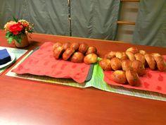 Roihuvuoren vanhustenkeskus. Elintarvikealan opiskelijat olivat leiponeet suussasulavia voisilmäpullia.