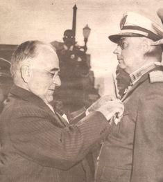 Getúlio Vargas com brigadeiro Eduardo Gomes em cerimônia