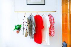 Warum setzen Sie Ihre schönen Kleider und Schuhe in einem Schrank? Diese Messing-Kleidung-Rack ist nicht nur funktional, sondern auch sehr stilvoll in