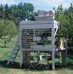 Une cabane en mezzanine pour le jardin