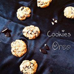 Avec ces délicieux petits gâteaux j'inaugure une nouvelle catégorie de recette -Biscuits sec- une de mes première recette de cookies et sûrement pas la dernière. Dans cette recette j'y ai ajoutée des Oreo! Hé Ouii ! Encore des Oreo vous allez finir par...