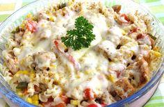 Zapékané GYROS - Rychlá minutka 3 ks kuřecí prsa 1 plechovka kukuřice (malá) 1 zelená paprika 1 červená paprika 1 cibule 2 hrsti těstovina 3/4 bal.gyros koření 150 gtvrdý sýr sůl pepř česnek Těstoviny uvaříme. Kuřecí maso nakrájíme, osolíme, opepříme, přidáme gyros koření a do lednice na půl hodinu. Papriku nakrájíme, cibuli také a  spolu osmažíme. Přidáme česnek, kuřecí maso a necháme maso zatáhnout. Nakonec kukuřici, těstoviny a smícháme. Do zapékací mísy, posypeme sýrem a do trouby, 200°