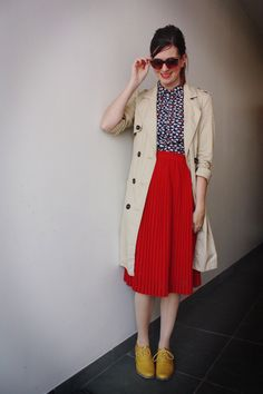 Retro street style: trench, printed shirt, midi skirt, lace-up shoes. Mode Style, Style Me, Moda Vintage, Vintage Style, Red Skirts, Long Skirts, Street Style, Skirt Outfits, Fall Outfits