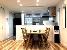 いつでも家族の存在が感じられるキッチン。 Conference Room, Table, Furniture, Design, Home Decor, Decoration Home, Room Decor, Tables