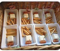 Traktatie verjaardag, 'patat' cheesedippers, sausbakje afgeknipt en op de kop als mayonaise en een knakworstje erbij. Smullen!!!