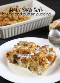 Hot cross bun bread and butter pudding - perfect for your family meal on Easter Sunday! Vegan Brunch Recipes, Sunday Recipes, Vegetarian Recipes Easy, Dessert Recipes, Cooking Recipes, Pudding Recipes, Yummy Recipes, Brunch Casserole, Bread And Butter Pudding