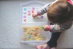 Et si on fouillait dans le bac de riz pour y récupérer l'alphabet? L'idée a enchanté Poupette. Elle s'intéresse énormément aux activités sensorielles et aux lettres. Aujourd'hui, elle est capable de reconnaitre et nommer parfaitement ces neuf lettres: A, B, F, M, O, P, S, T, U. Je lui ai proposé cette activité à la fois amusante et éducative, sur un plateau. Elle y a trouvé un bac de riz dans lequel étaient cachées les 26 lettres de l'alphabet (réalisées en perles Hama), et une feuille de…