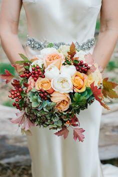 Ramo de novia otoñal con hortensia, rosas, hojas y frutos :: Autumn wedding bouquet with roses and hydrangea.