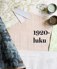 Tummansininen ruusukuvioinen Gråblå Rosgobeläng oli hyvin tyypillinen 1920-luvun muotitapetti, 93 e / rulla, Handtryckta Tapeter. Koko pinnan täyttävä suuri kuvio on myös Talonpojan pionissa vasemmalla ylhäällä, Tapettitalo 64,90 e / rulla. Harmaa pystyraitainen Lim & Handtryckin Edit oikealla ylhäällä edustaa vuosisadan alun jugendin ja 1920-luvun klassismin sopusuhtasta liittoa, 105 e / rulla, Rakennusapteekki.  Kuvan keskellä tekstin alla kangasimitaatiota, Hovdala Slott, Lim…