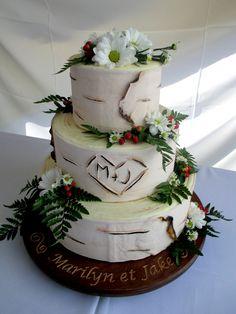Gâteau de mariage effet bouleau + fleurs naturelles - (www.mllesgateaux.com)