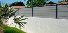 Poser une clôture composite sur un muret