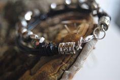 läder och fasseterade pärlor samt metall...