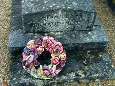 Ceramic flower wreath in a cemetery in France Cemetery Flowers, Ceramic Flowers, Decorative Boxes, Wreaths, Painted Porcelain, Ceramics, France, Ceramica, Pottery