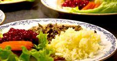 God gryta på älgskav med kantareller, serveras med pressad     potatis och rårörda lingon.