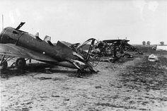 1941,zničené poľné letisko sov.letectva,v popredí vrak I-16 UTI