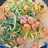Paraaaa tudoooo ✋🏻 Spaghetti lowcarb com espinafre, camarões e molho branco de vinho. Ficou ó 👌🏻 S E N S A C I O N A L ! Vou tentar passar a receita em video mais tarde. Querem? #é #comidadeverdade #lowcarb #semgluten  #paleo #lchf #delicia #ejaqueromais 🙈🙉🙊 #receitadamimis Tem mais vídeo no snap BLOGDAMIMIS