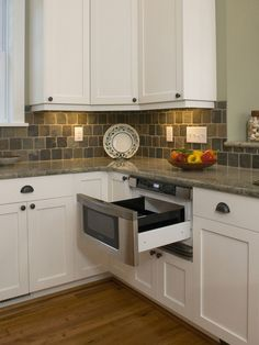 Lots of neat ideas on this link. Kitchen with Undercounter Microwave Drawer, granite countertop, slate tile backsplash, and full-overlay white cabinets Backsplash With Dark Cabinets, Slate Backsplash, White Kitchen Cabinets, Kitchen Redo, Kitchen Backsplash, Kitchen Countertops, New Kitchen, Kitchen Remodel, Backsplash Cheap